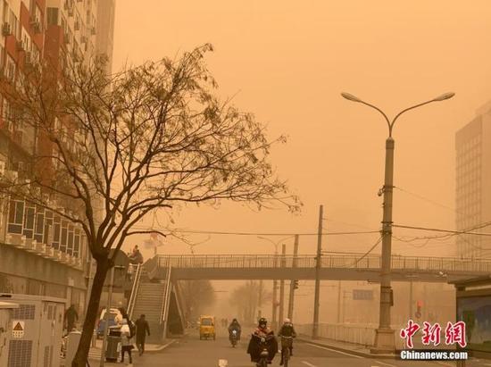 3月15日,北京迎沙尘降温天气,空气能见度减弱。 中新网记者 翟璐 摄