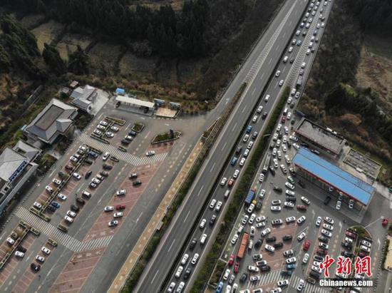 资料图:高速公路上的场景。中新社记者 张浪 摄