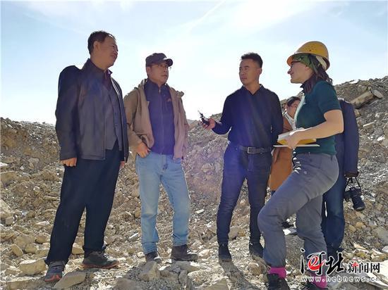 化石发掘现场,王朝林(左一)、张福成(左二)正与来自英国的学者(右一)交流。 记者董立龙摄