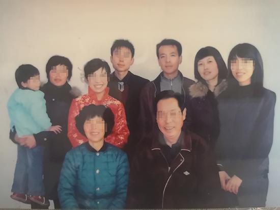 田丰与家人合影,左边抱小孩者为田如,后排右二、右三为田丰夫妇 本文图均为 受访者供图