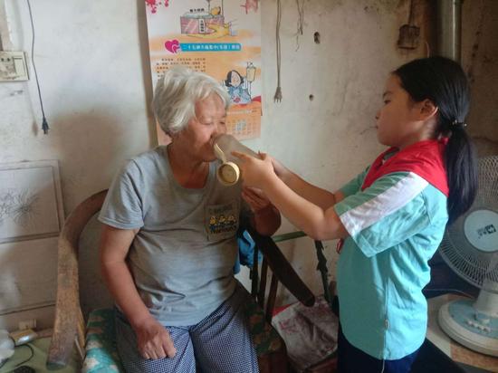邱县学校组织未成年人开展关爱空巢老人活动
