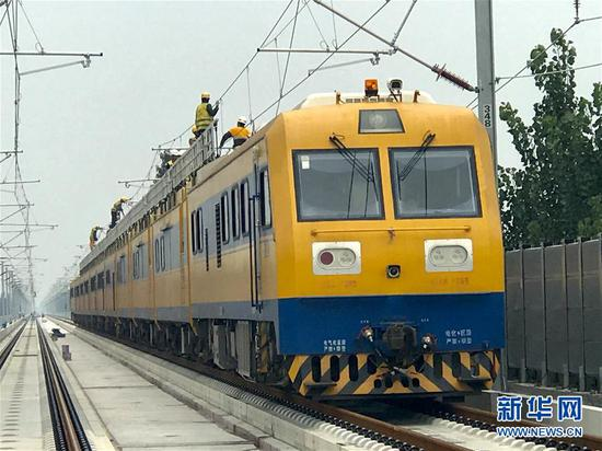 综合检修列车在工作中(8月26日摄)。新华社发(刘华明摄)