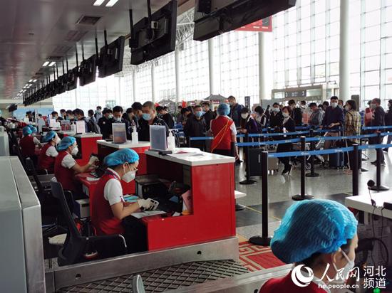 """""""双节""""长假期间的石家庄机场一派繁忙。河北机场集团供图"""