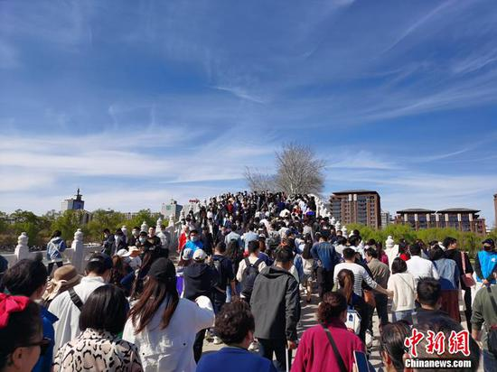 4月3日的玉渊潭人头攒动。中新网记者 李金磊 摄