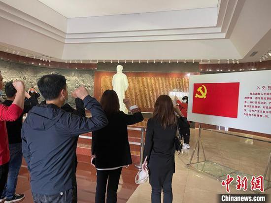 今年是中国百年,来自全国各地的党员来到李大钊,重温入党誓词。 白云水 摄