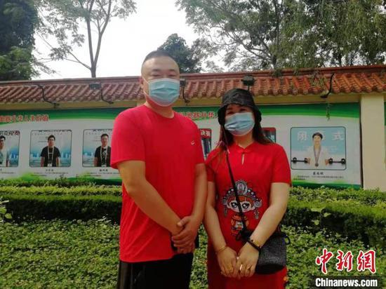 图为高考现场在校外助阵的学生家长。 王鹏 摄