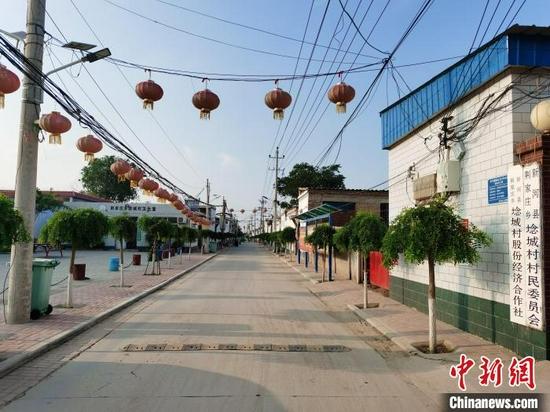 埝城村新建的街道平整宽阔。 刘秋菊 摄