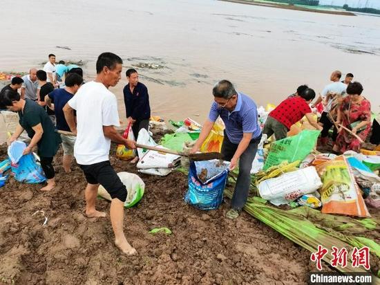 图为冀南新区中南村村民在抗洪一线抢险。 周景泽 摄