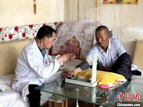 资料图:青海乡村医生开展诊疗。 张添福 摄