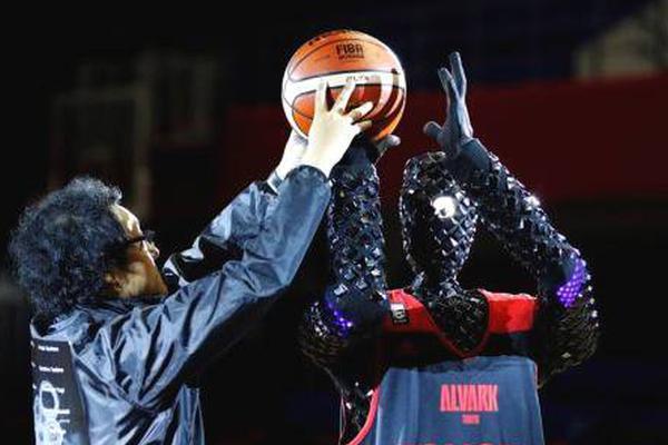 日本篮球机器人表演罚球 灵感来自樱木花道