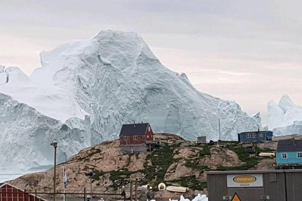 巨型冰山漂到格陵兰岛岸边