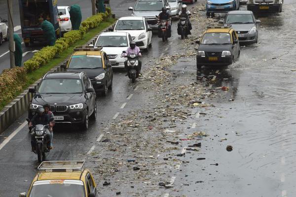 孟买500吨被垃圾冲上海岸线