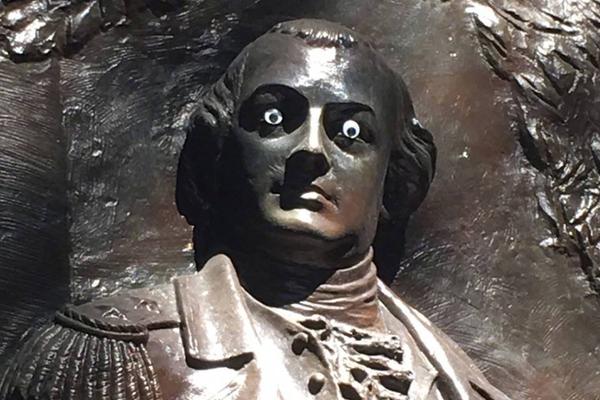 美国一雕塑被人装上眼睛