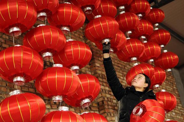 赶制大红灯笼喜迎新春佳节