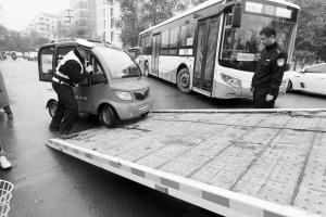 查扣非法营运车辆并拖走。 本报首席记者 李青 摄