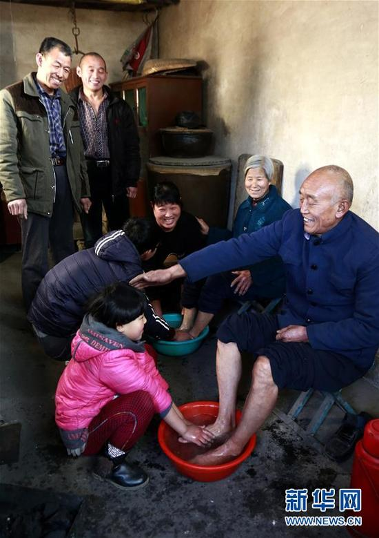正定县吴兴村村民过年 晚辈给长辈洗脚尽孝