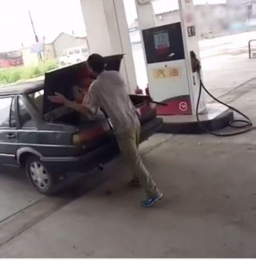 最终该名被塞在车尾箱的妇人,被男子强行按入车尾箱,然后开车运走。