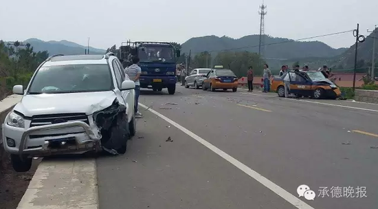 端午节本应安康,可晚报的一位读者却在前往平泉辽河源旅游途中拍摄到一组触目惊心的车祸现场图片。