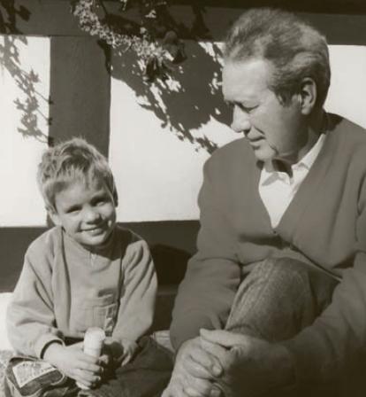 幼年时的Philip与父亲