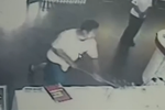 男子买99元手机信号不好 抡1米长锤砸营业厅