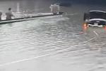 实拍石家庄西二环积水严重 堪比泳池