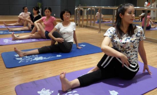 在练习中通过倾听自己深沉平缓的呼吸来感受身体的每一寸变化