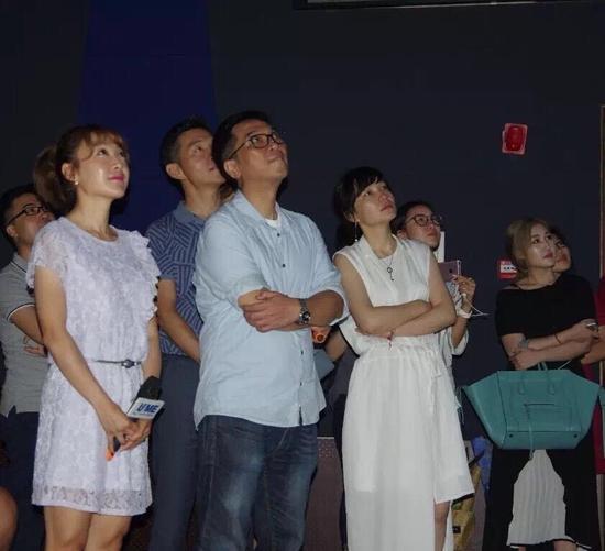 三位主创认真观看UME影城精心制作的短片