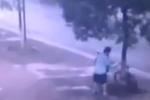 男子为偷自行车锯树 得手后放摩托车运走