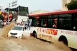 洪水冲走小轿车 大公交挡车救人