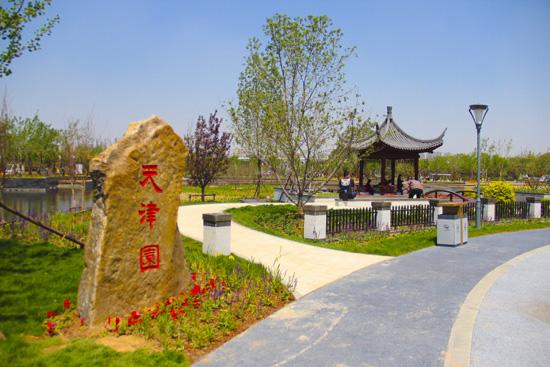 """入口设计""""天津园""""景墙及刻有""""景园介绍""""的卧石,通过园路,矮墙引导,游"""
