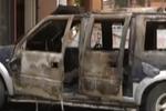 12岁熊孩子点燃路边轿车 烧的只剩空壳