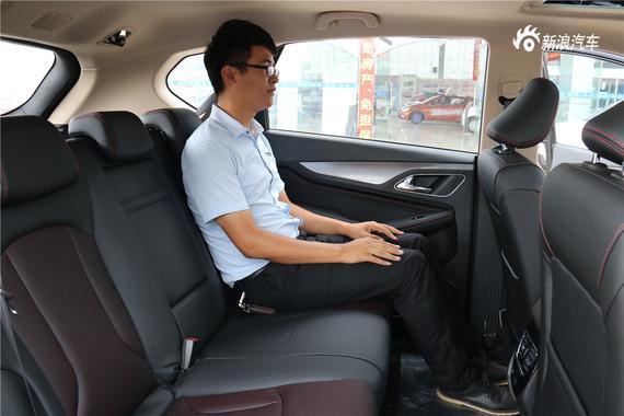 主驾驶位车窗支持一键升降、电动座椅调节,带后视镜折叠。