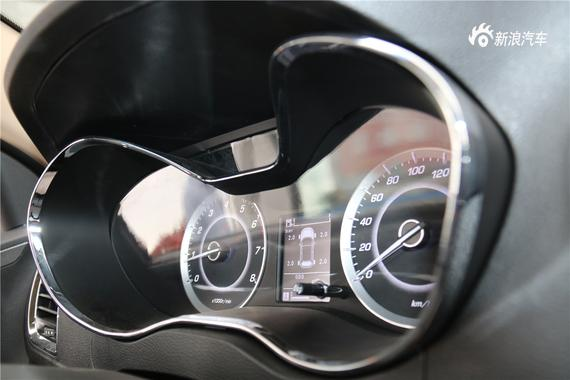 炮筒开放式的仪表盘十分动感,有冲击力、中央显示屏支持胎压、油耗、等信息显示。