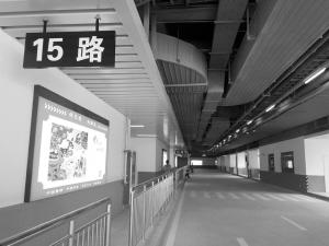 ■公交乘车点。 本报记者 郄磊 摄