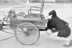宣传部新闻干事路遇好心女子救助摔倒老人,拍下系列照片。 陈卫红 摄