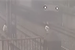 5名中学生跳铁轨耍酷 逼停列车7分钟