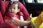 贾静雯女儿成长记录 喂妈妈饼干超暖心