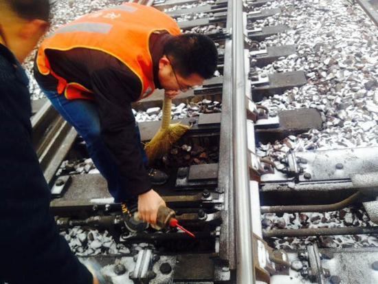 衡水车务段全员备战猴年首场降雪