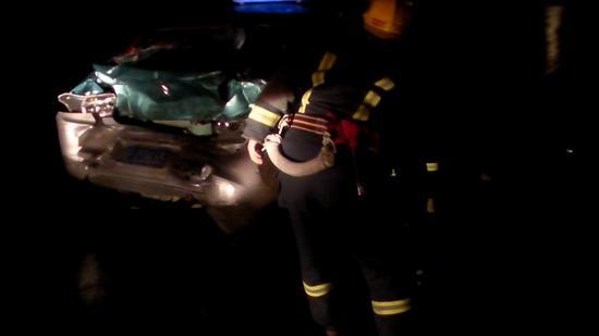 货车深夜追尾出租车,邢台消防快速救出被困乘客。