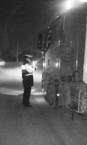省会交警严查黄牌货车。本报记者 孙会芳摄