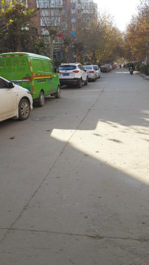 车位紧张,一些小区不少车辆都停靠在小区马路上。