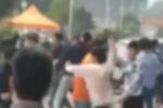 数十名大学生因买饭插队街头混战 有人头破血流