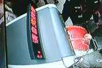 老大爷提大鼓坐地铁 卡死在安检机十分尴尬