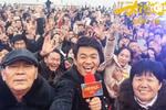 王宝强回乡宣传人气爆棚 父母亮相显朴实
