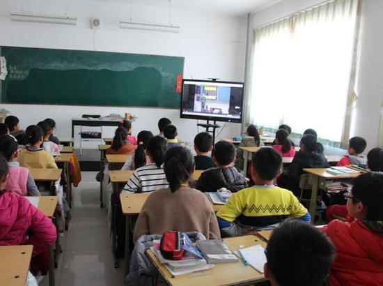 师生观看消防安全视频宣传片