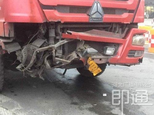 石家庄胜利大街突然塌陷 一口吞噬货车前轮