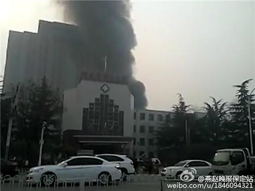 河北保定第二医院工地突发大火 瞬间烧成废墟