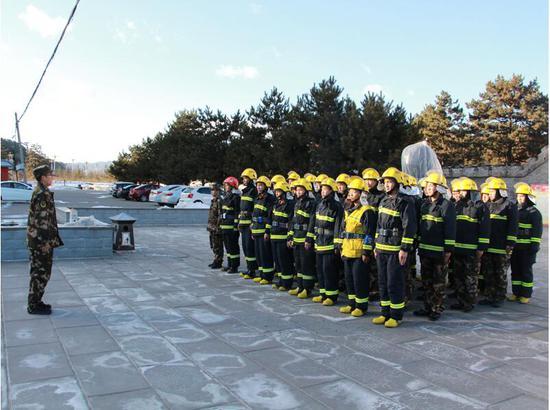 承德消防对小布达拉宫开展实战灭火演练 承德消防支队提供图片