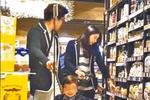 郭晶晶一家逛超市 儿子一刻也离不开妈妈