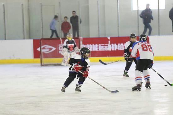 河北冰球小将U8U10集体出征参加BHA第二阶段比赛,图为比赛现场。